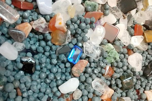 宝石探しの中にはキラキラ光る青い宝石が入っています。